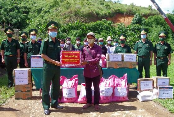Tặng lực lượng vũ trang và nhân dân nước bạn Lào 225 suất quà  ảnh 1