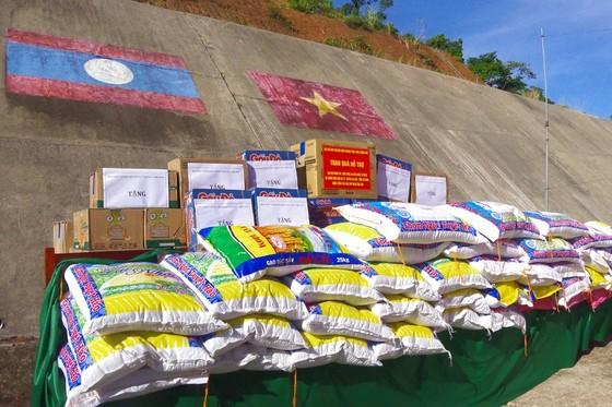 Tặng lực lượng vũ trang và nhân dân nước bạn Lào 225 suất quà  ảnh 2
