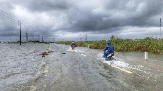 Mưa to dữ dội buộc các hồ thủy điện đồng loạt điều tiết xả nước ảnh 2