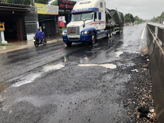 Quốc lộ 1A thảm bê tông nhựa polymer hư hỏng nặng sau sửa chữa chắp vá ảnh 2