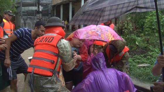 Công an đu dây đưa hơn 130 người ra khỏi rốn lũ TP Huế ảnh 6