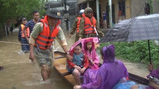 Công an đu dây đưa hơn 130 người ra khỏi rốn lũ TP Huế ảnh 7