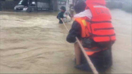Công an đu dây đưa hơn 130 người ra khỏi rốn lũ TP Huế ảnh 2