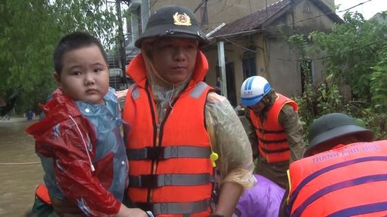 Công an đu dây đưa hơn 130 người ra khỏi rốn lũ TP Huế ảnh 4