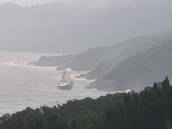 Nỗ lực tiếp cận tàu lạ trôi dạt tại vùng biển dưới chân núi Hải Vân ảnh 1