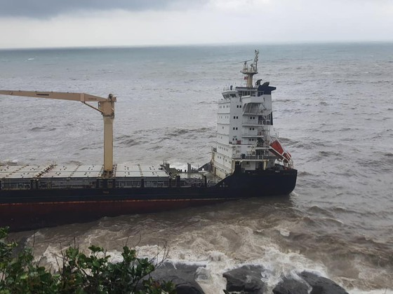 Nỗ lực tiếp cận tàu lạ trôi dạt tại vùng biển dưới chân núi Hải Vân ảnh 3