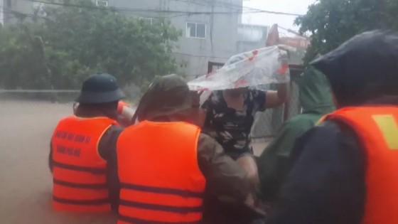 Thừa Thiên – Huế khẩn cấp cứu trợ người dân vùng lũ ảnh 4