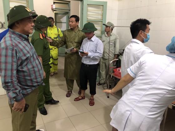 Đưa 5 công nhân bị thương ở thủy điện Rào Trăng 4 đi bệnh viện ảnh 6