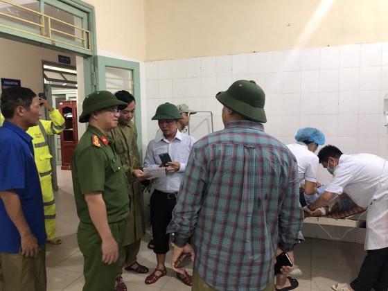 Đưa 5 công nhân bị thương ở thủy điện Rào Trăng 4 đi bệnh viện ảnh 5
