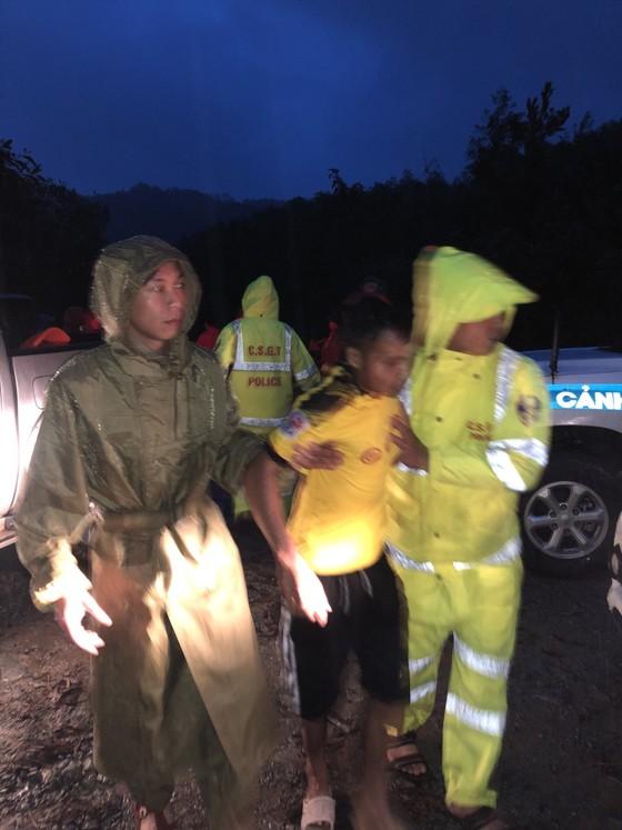 Đưa 5 công nhân bị thương ở thủy điện Rào Trăng 4 đi bệnh viện ảnh 2