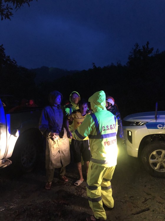 Đưa 5 công nhân bị thương ở thủy điện Rào Trăng 4 đi bệnh viện ảnh 3