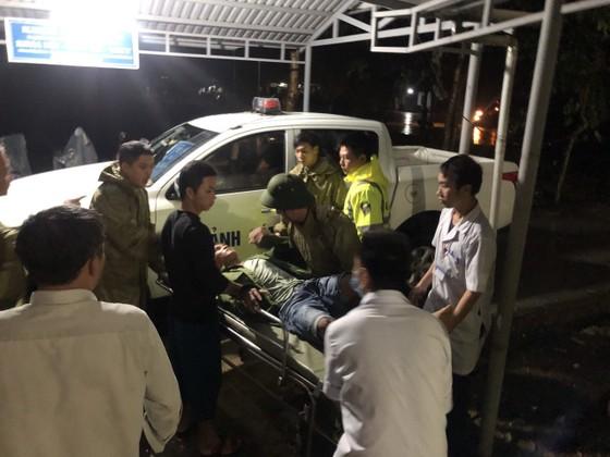 Đưa 5 công nhân bị thương ở thủy điện Rào Trăng 4 đi bệnh viện ảnh 4