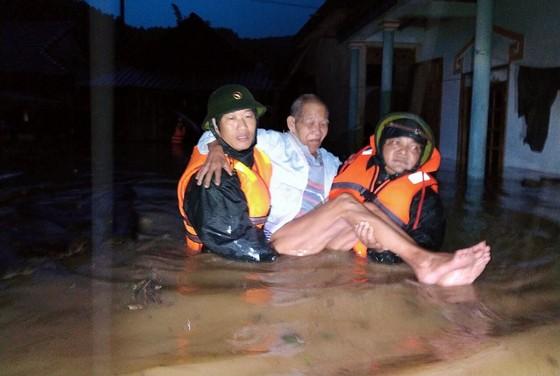 Ứng cứu 14 người dân ở bản Ka Lô trong lũ dữ ảnh 1