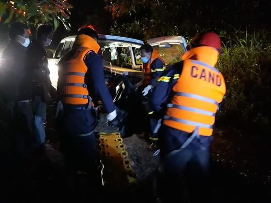 Vượt sông trong đêm đưa thi thể nạn nhân ở Thủy điện Rào Trăng 3 về bệnh viện  ảnh 1