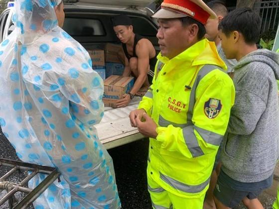 Phát cơm, nước và sữa miễn phí cho hàng ngàn người mắc kẹt vì bão số 9 ảnh 4
