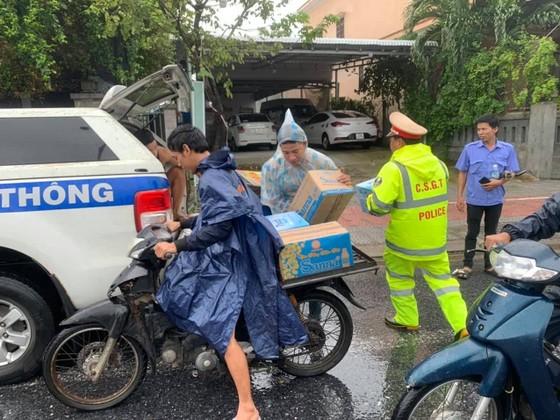 Phát cơm, nước và sữa miễn phí cho hàng ngàn người mắc kẹt vì bão số 9 ảnh 5