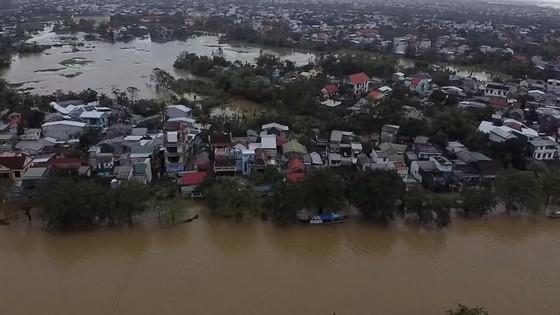 Nhiều khu dân cư Thừa Thiên – Huế trắng xóa trong lũ ảnh 1