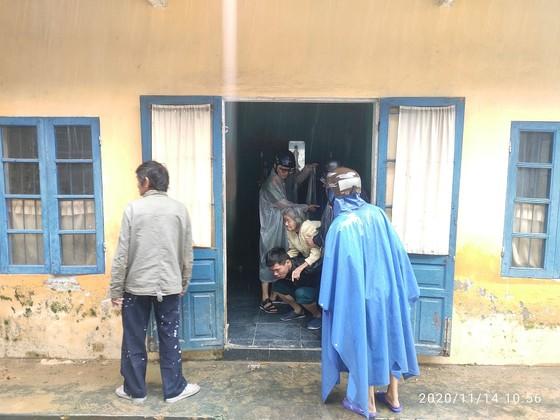 Hàng trăm người dân đảo Cồn Cỏ di tản xuống hầm trú bão ảnh 8
