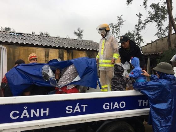 Hàng trăm người dân đảo Cồn Cỏ di tản xuống hầm trú bão ảnh 9
