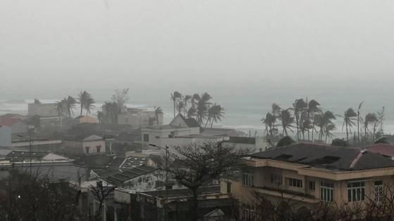 Di dời dân, chằng chống nhà cửa trước cơn bão số 13  ảnh 21