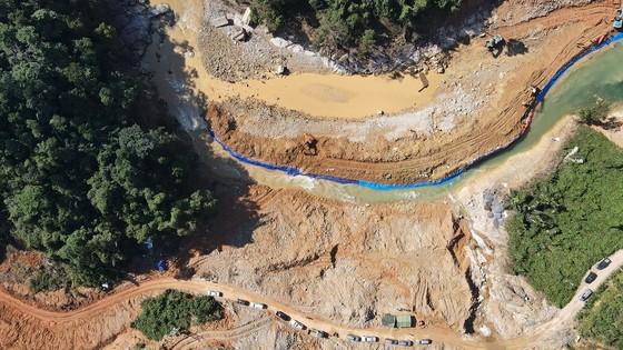 Tìm thấy thi thể nạn nhân mất tích đầu tiên dưới lòng sông Rào Trăng ảnh 2
