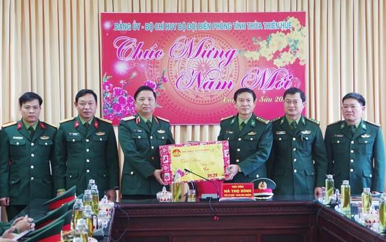 Bộ Tư lệnh Quân khu 4 tặng quà cán bộ, chiến sĩ biên phòng tại Huế ảnh 1