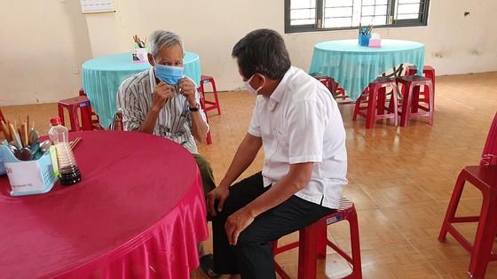 Ông Đoàn Ngọc Hải làm phục vụ bàn tại quán cơm 5.000 đồng ở Huế  ảnh 6