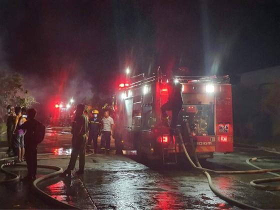 Huy động 14 xe cứu hỏa chữa cháy kho chứa giấy tại khu công nghiệp Phú Bài ảnh 2