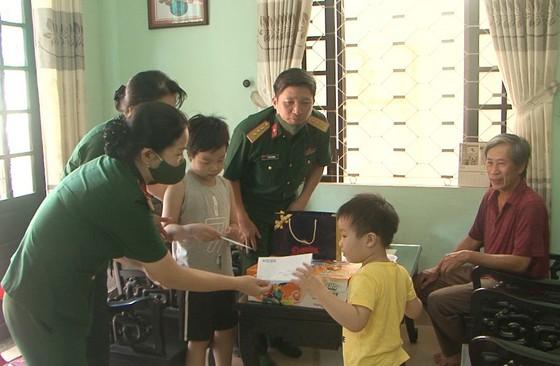 Tặng quà cho con các liệt sĩ hy sinh tại thủy điện Rào Trăng 3 ảnh 2