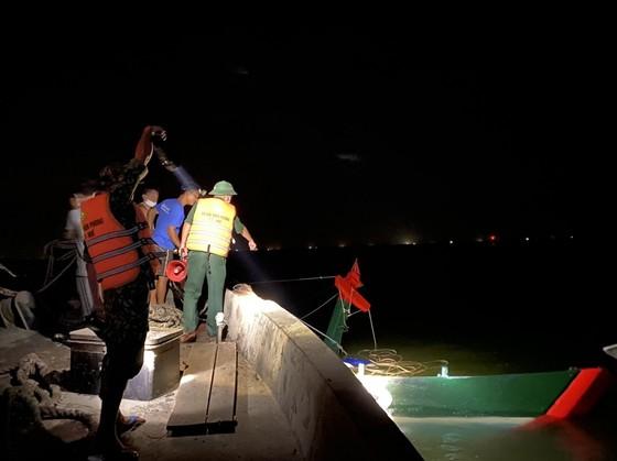 Sà lan đâm chìm tàu cá, 12 ngư dân gặp nạn tại phao số 4 ảnh 1