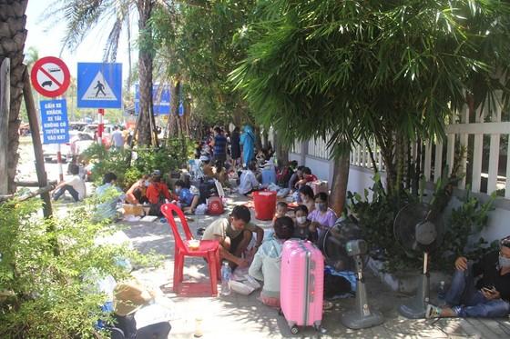 Hàng ngàn người từ miền Nam về Thừa Thiên – Huế vật vờ chờ khai báo y tế ảnh 6