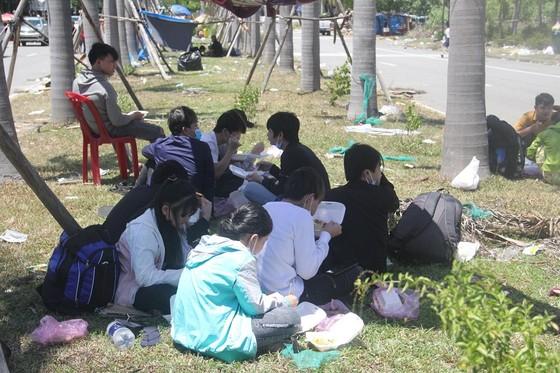 Hàng ngàn người từ miền Nam về Thừa Thiên – Huế vật vờ chờ khai báo y tế ảnh 2