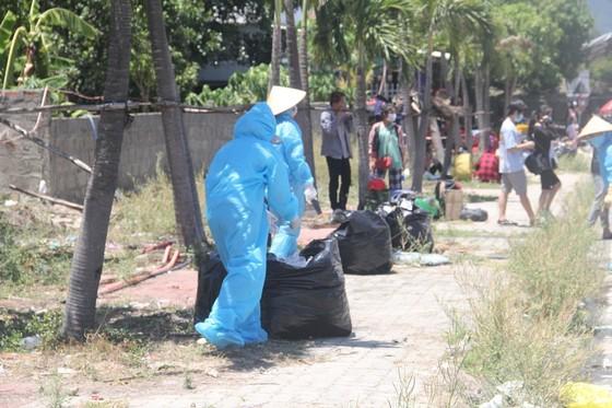 Hàng ngàn người từ miền Nam về Thừa Thiên – Huế vật vờ chờ khai báo y tế ảnh 17