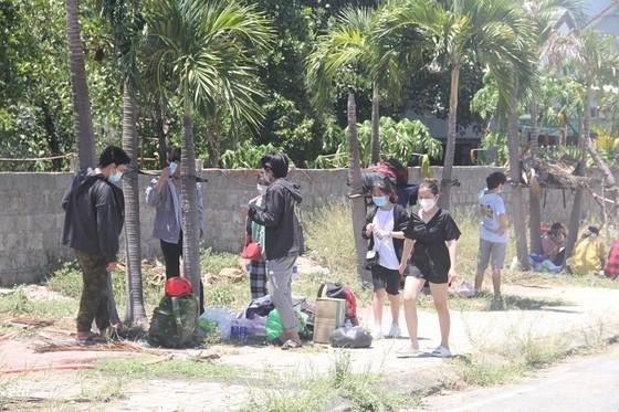 Hàng ngàn người từ miền Nam về Thừa Thiên – Huế vật vờ chờ khai báo y tế ảnh 14