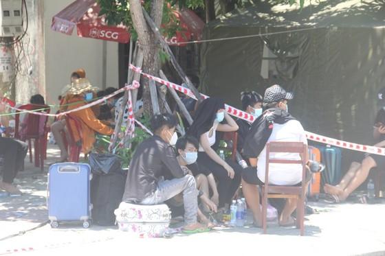 Hàng ngàn người từ miền Nam về Thừa Thiên – Huế vật vờ chờ khai báo y tế ảnh 9