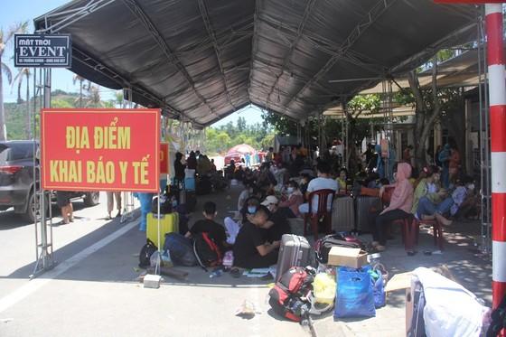 Hàng ngàn người từ miền Nam về Thừa Thiên – Huế vật vờ chờ khai báo y tế ảnh 15