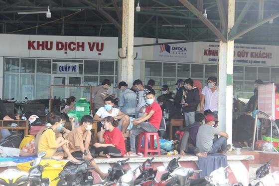 Hàng ngàn người từ miền Nam về Thừa Thiên – Huế vật vờ chờ khai báo y tế ảnh 4