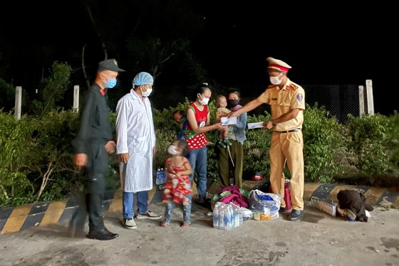 Hàng ngàn người từ miền Nam về Thừa Thiên – Huế vật vờ chờ khai báo y tế ảnh 18
