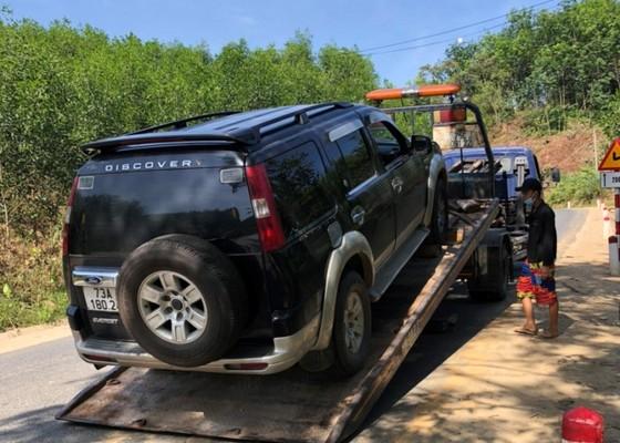 Tịch thu ô tô biển số giả vận chuyển 18 phách gỗ lậu ảnh 1