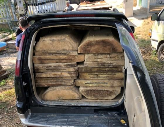 Tịch thu ô tô biển số giả vận chuyển 18 phách gỗ lậu ảnh 2