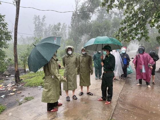 Các tỉnh miền Trung khẩn trương ứng phó bão số 5 đổ bộ  ảnh 13