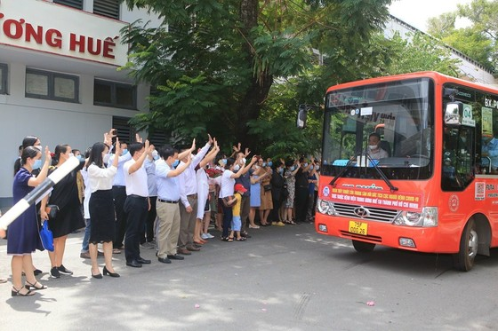 Thêm 115 y bác sĩ Bệnh viện Trung ương Huế vào TPHCM chống dịch ảnh 1