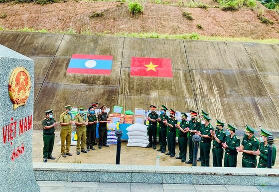 Tặng lương thực và vật tư y tế cho lực lượng vũ trang Lào ảnh 1