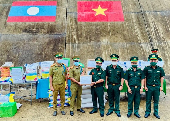 Tặng lương thực và vật tư y tế cho lực lượng vũ trang Lào ảnh 2