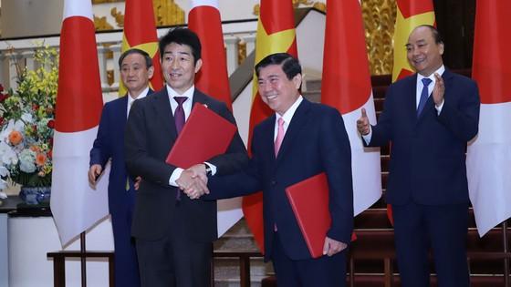 Thủ tướng Nhật Bản bắt đầu chuyến thăm chính thức Việt Nam ảnh 12