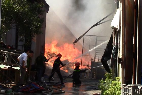 VIDEO: Cháy vựa phế liệu ở Bình Dương, hàng trăm học sinh tháo chạy ảnh 1