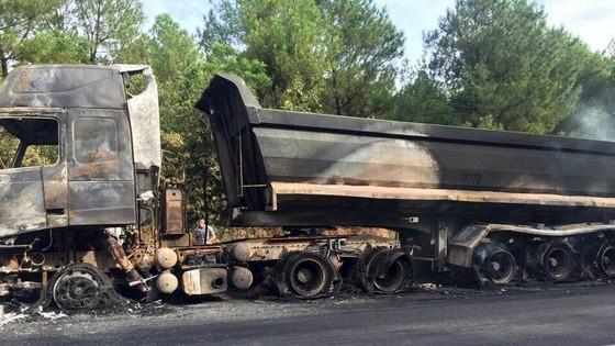 Xe đầu kéo bốc cháy trên quốc lộ 12C ảnh 2