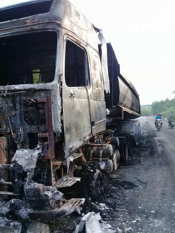 Xe đầu kéo bốc cháy trên quốc lộ 12C ảnh 3