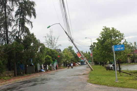 Hà Tĩnh: Bão số 2 đổ bộ khiến hàng loạt cây xanh, cột điện, biển hiệu... bị gãy đổ ảnh 18