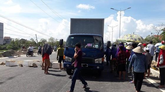 Người dân vây xe chở hải sản bốc mùi hôi thối, quốc lộ 1A ách tắc nhiều giờ ảnh 6